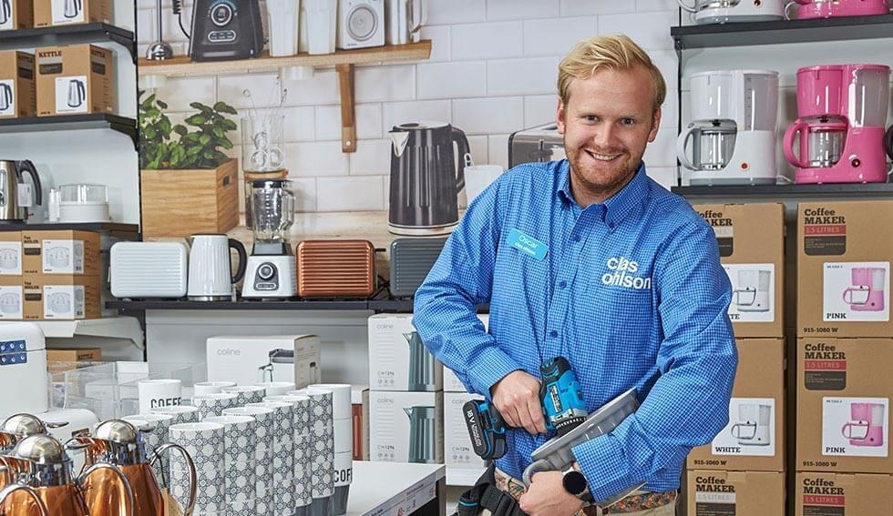 Clas Ohlson employee Oscar giving demonstration of homeware products
